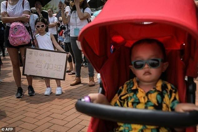 بچه ها هم در هنگ کنگ به خیابان آمدند